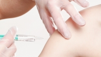Většina Čechů je pro plošné očkování proti koronaviru